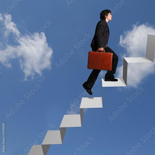 femme d'affaires montant un escalier vers le ciel