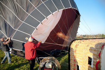 Anblasen des Heisluftballons kurz vor Start, offene Flamme