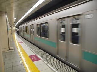 Metro saliendo de una estacion en Tokio