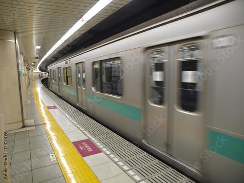 Metro saliendo de una estacion en Tokio Poster