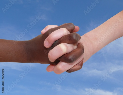 main noire main blanche et ciel
