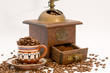 Mokkatasse mit Kaffeebohnen und Kaffeemühle
