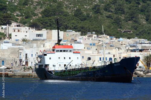 nave mercantile ancorata nel porto di Marettimo
