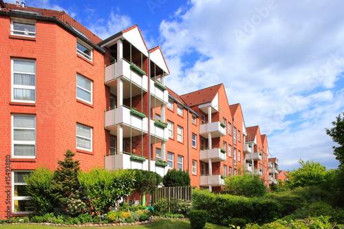 wohnhaus im gr nen mehrfamilienhaus balkone deutschland. Black Bedroom Furniture Sets. Home Design Ideas