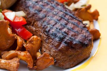 Rumpsteak(Roastbeef) - gegrillt,mit Salat,Pfifferlingen