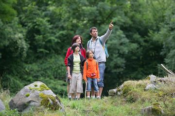 Famille à la campagne regardant au loin