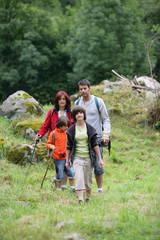 Homme et femme avec enfants se promenant à la campagne