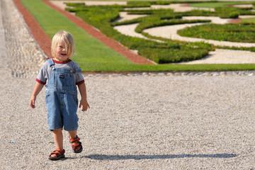 Junge in Schlosspark
