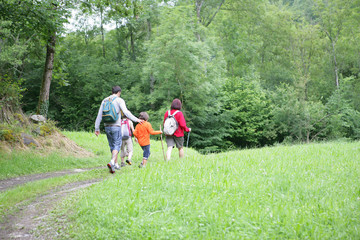 famille se baladant à la campagne