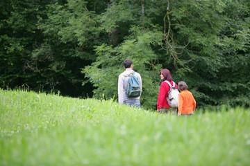 Couple avec enfants se baladant à la campagne