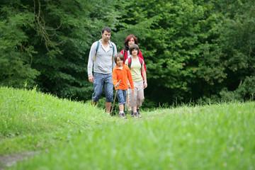 Parents avec enfants se baladant à la campagne