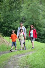 Famille se promenant à la campagne