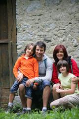 homme et d'une femme avec enfants souriants à la campagne