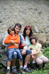 Couple avec enfants souriants à la campagne