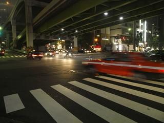 Taxi a toda velocidad en la noche de Tokio
