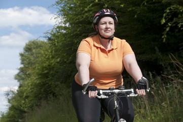 XXL-Model, übergewichtige Frau Fahrrad fahren