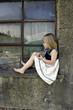 Süßes Mädchen am Fenster