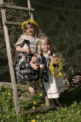 2 Mädchen mit Blumenkranz im Haar