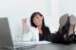 erfolgreiche geschäftsfrau im büro füße auf tisch