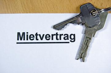 Schlüssel mit Mietvertrag