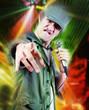 chanteur avec projecteurs multicolore
