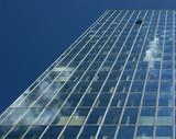 Perspective dans un immeuble de verre poster