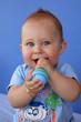 Bébé jouant avec un hochet - maracas