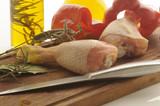 Coscie di pollo crude con peperoni olio ed erbe