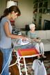Femme repassant du linge près d'une femme agée assise