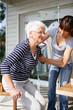 Jeune femme aidant une femme senior à se relever