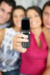 Groupe d'amis se photographiant avec un téléphone portable