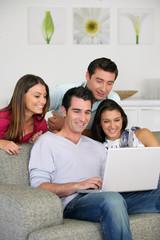 Groupe d'amis devant un ordinateur portable