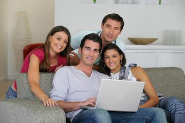 hommes et femmes devant un ordinateur portable