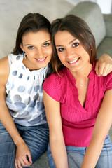 Portrait de deux jeunes femmes souriantes