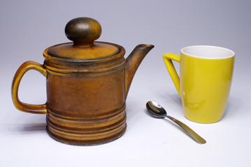 Teiera con tazza e cucchiaio