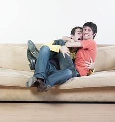 homme peur cri sur canapé