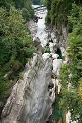 fiume nella gola di Valle di Maggia (Svizzera)