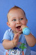 Bébé jouant avec un hochet - maracas #3