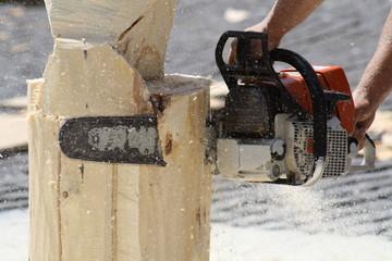 Tallado de figuras de madera con motosierra.