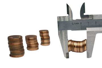 Calibro con monete su sfondo bianco-2