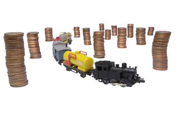 Modello di treno merci con monete su sfondo bianco-2