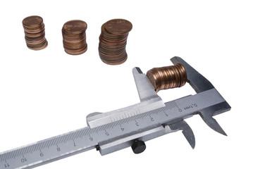 Calibro con monete su sfondo bianco