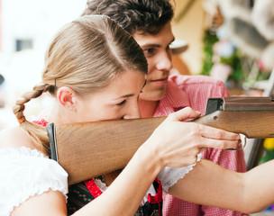 Paar auf Rummel - Schießbude