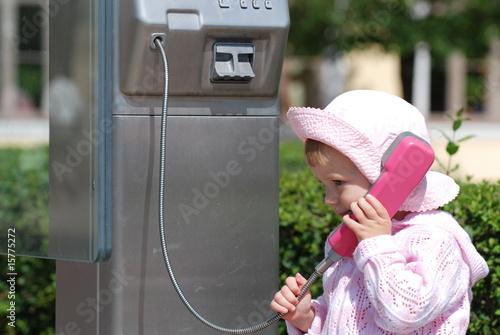 Kleinkind beim telefoniern