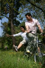 Homme et femme faisant du vélo à la campagne