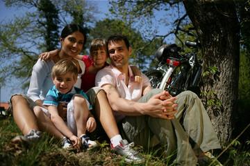 Portrait d'un homme et d'une femme avec enfants à la campagne