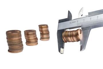 Calibro con monete su sfondo bianco-3