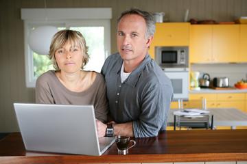 portrait d'un couple devant un ordinateur portable