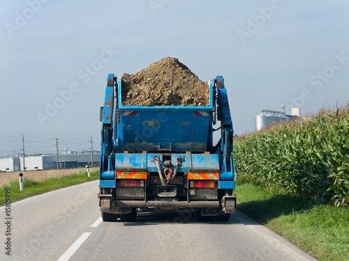 Leinwandbild Motiv LKW mit Erde beladen auf einer Strasse