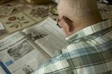personne agée lisant le journal poster
